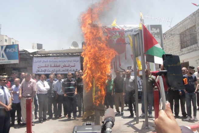 Burning effigies of the king of Bahrain and the American president during a protest in Halhul (Facebook page of Fatah's north Hebron branch, June 24, 2019).