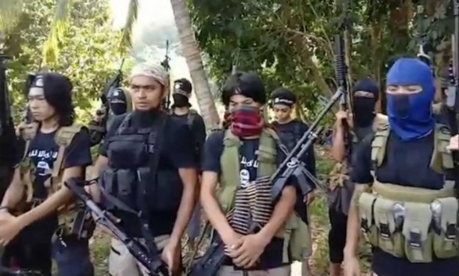ISIS operatives in the southern Philippines before (right) and during (left) the renewal of their pledge of allegiance (Al-Ansar, June 22, 2019).