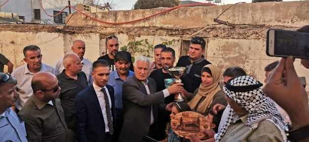Senior Fatah activist Abbas Zaki presents the family of Omar Abu Layla with an award (Abbas Zaki's Facebook page, July 1, 2019).