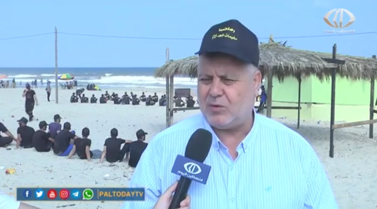 Khaled al-Batash interviewed about the summer camps. To the left are campers on the Gaza Strip coast (Paltoday channel, June 29, 2019).