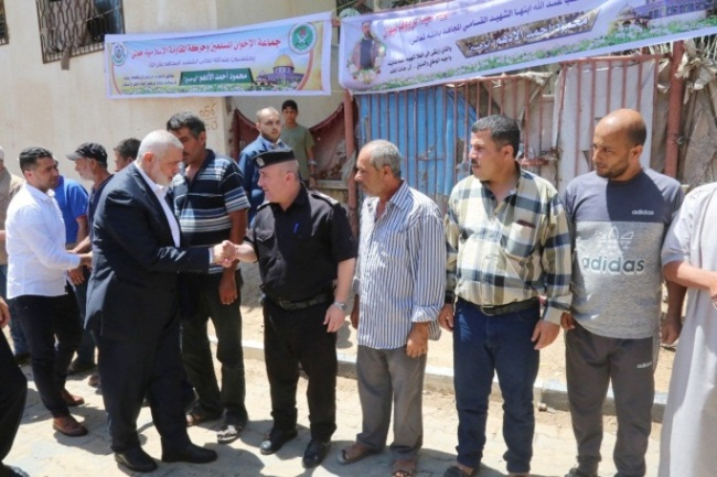 Isma'il Haniyeh, head of Hamas' political bureau, pays a condolence call to the family of Mahmoud al-Adham in Jabalia (Twitter account of the media department of Isma'il Haniyeh's office, July 13, 2019).
