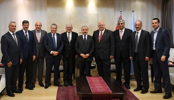 Muhammad Shtayyeh (center) and the board of directors of the Association of Banks in Palestine (Facebook page of the Palestinian prime minister's office, July 14, 2019).