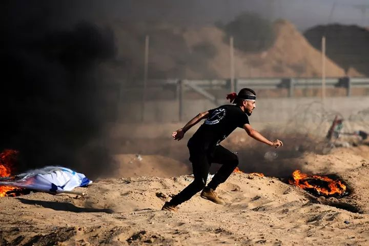 Palestinian rioters near the security fence (QudsN Twitter account, July 19, 2019).
