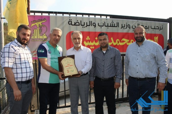 Minister of Youth and Sports Muhammad Fneish (center) receives a plaque of appreciation from the Sports Mobilization in the Al-Zahrani sector at the opening ceremony of the Sports Mobilization's summer activities (Al-Saksakiyeh website, June 2019)