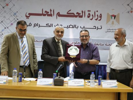 Dr. Muhammad Awadh (second from left), chairman of the committee monitoring the activity of the government, visits the ministry of local municipalities in Gaza City (website of the ministry of local municipalities in the Gaza Strip, August 1, 2019).