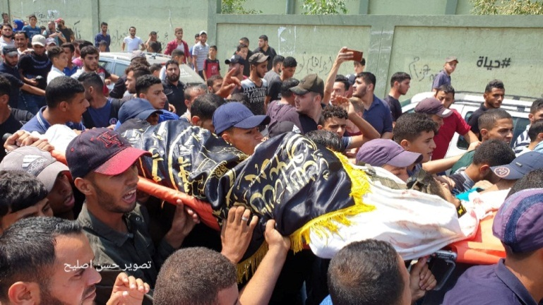 The body of Muhammad al-Walaydah wrapped for burial in a PIJ flag (Facebook page of journalist Hassan Aslih, August 18, 2019)