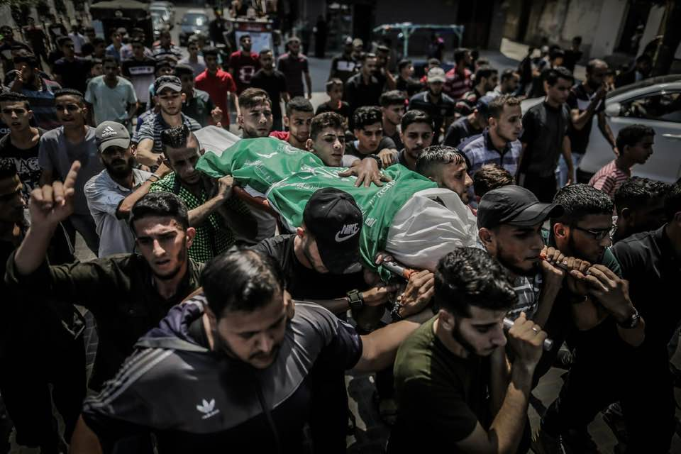 The funeral held for Muhammad Abu Namus. His body was wrapped for burial in a Hamas flag (Right: Facebook page of photojournalist Abd al-Rahman al-Kahlut, August 18, 2019. Left: QudsN Facebook page, August 18, 2019)