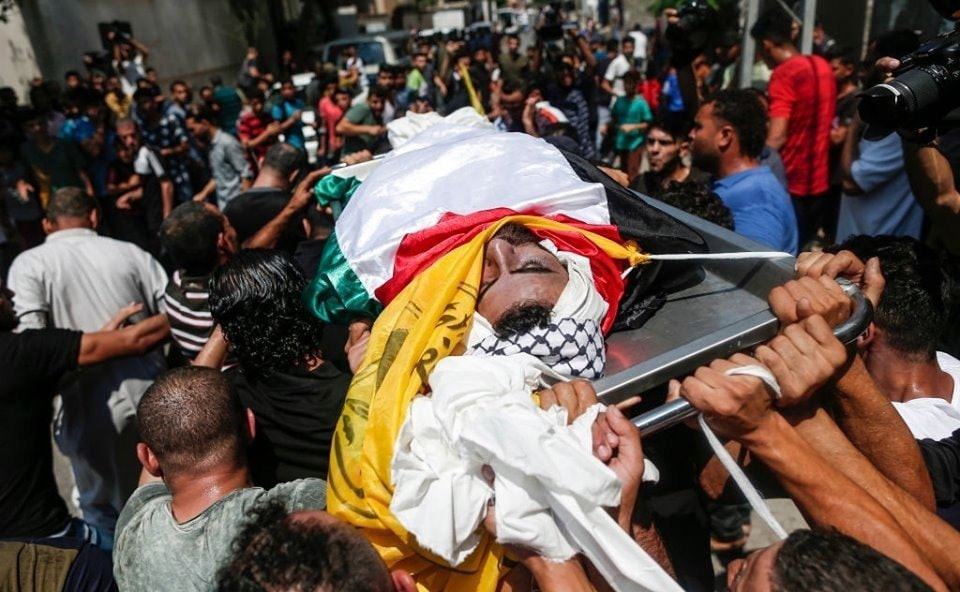 The funeral of Muhammad al-Turasmi. His body was wrapped for burial in the Palestinian and Fatah flags (Facebook page of a Fatah branch in the northern Gaza Strip, August 18, 2019).