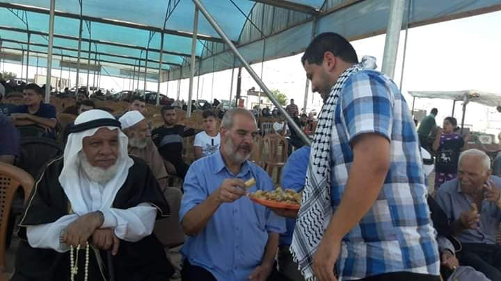Distributing pastries to return march participants in the return camp in eastern Gaza City to celebrate the vehicular attack in Gush Etzion (Palestinian48 Facebook page, August 16, 2019