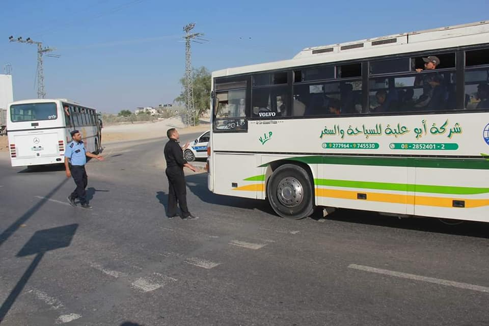 Bussing Palestinians to the return march overseen by operatives of Hamas security forces (Supreme National Authority Facebook page, August 23, 2019).