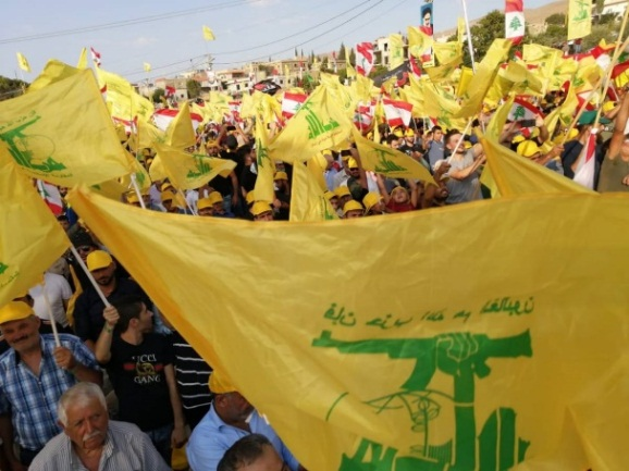 The audience waves Hezbollah flags (al-Nahar, August 25, 2019).