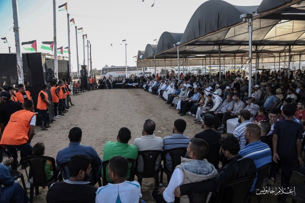 Security guards in orange vests in the return camp in eastern Khan Yunis (Facebook page of journalist Azzam al-Abdallah, August 30, 2019).