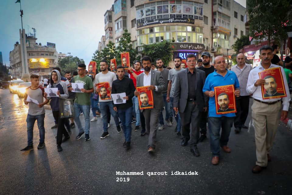 Palestinians protest the prisoner's death. Right: A demonstration in the al-Shuhadaa Square in Nablus (QudsN Twitter account, September 8, 2019). Left: A march in Ramallah (Facebook page of photographer Muhammad Qarout Idkaidek, September 8, 2019).