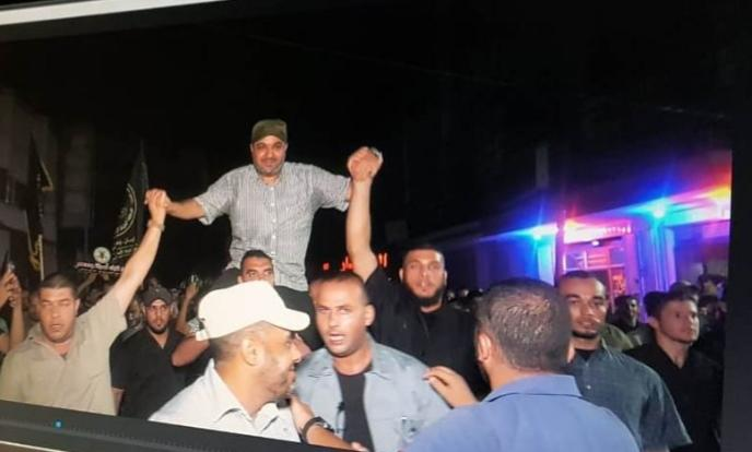 Baha Abu al-Ata being carried on the shoulders of young men at a rally of the Islamic Jihad in Gaza (Rahiq al-Ward Twitter account, September 10, 2019)
