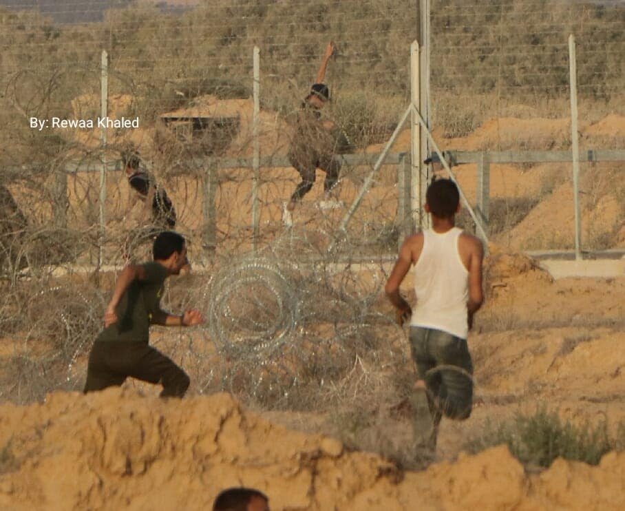 Demonstrators climbing the security fence in eastern Rafah (Facebook page of the Supreme National Authority of the Return March, September 20, 2019).