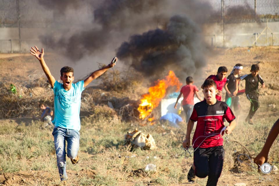 Young Palestinians burn tires (Supreme National Authority of the Great Return March Facebook page, October 4, 2019).