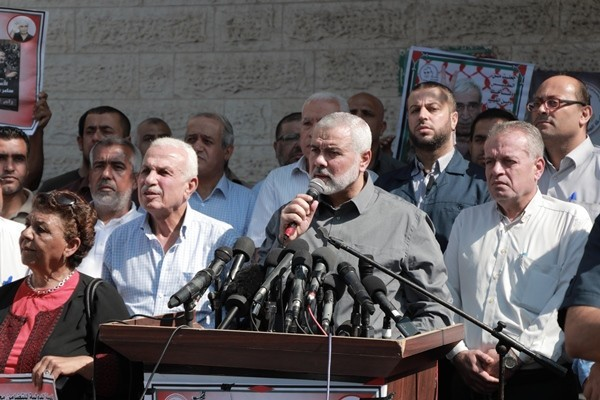 Isma'il Haniyeh gives a speech at the rally. To the left is Alam Kaabi, a member of the PFLP's political bureau and responsible for the organization's prisoners committee.