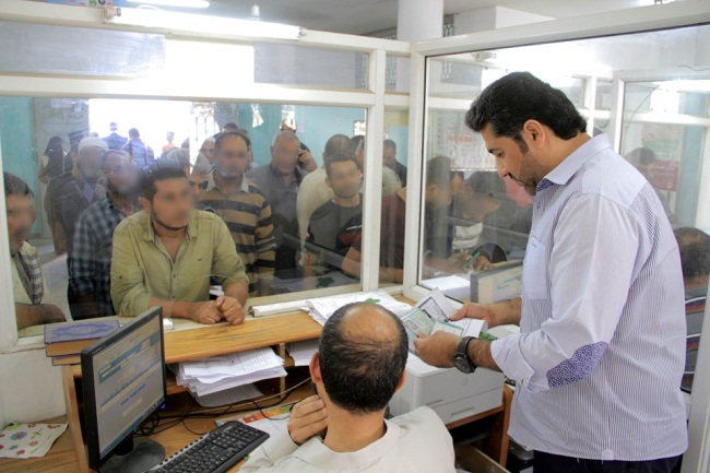 Khaled al-Hardan, deputy chairman of the Qatari committee for the reconstruction of the Gaza Strip, oversees the distribution of the funds (Facebook page of the Qatari committee for the reconstruction of the Gaza Strip, October 27, 2019).