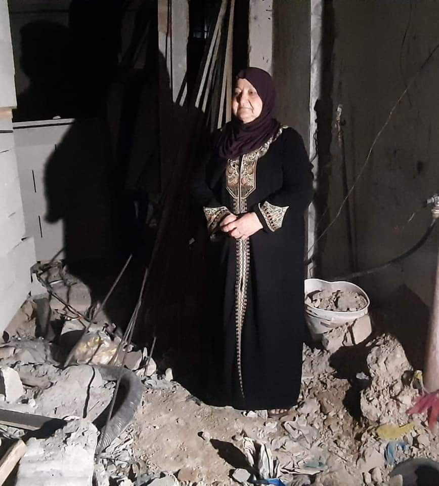 Islam Abu Hamid's mother, Um Nasser Abu Hamid, near the ruins of the house (Palestine Post Twitter account, October 24, 2018).