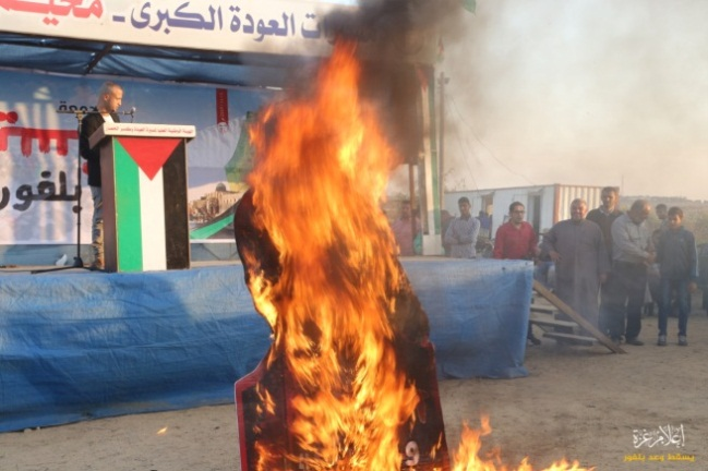 75258559_514379082626387_7992478523430273024_oBurning a poster of Lord Balfour in the return camp in eastern Gaza City (Facebook page of the Malaka return camp, November 1, 2019).