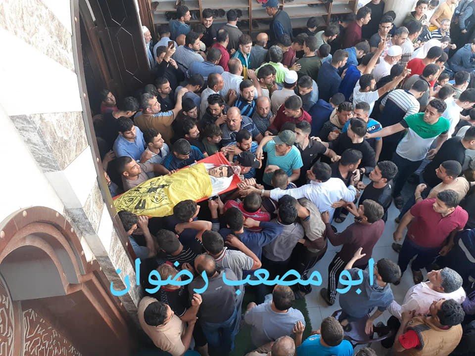 The body of Muhammad Hamouda wrapped for burial in the Fatah flag. His funeral was held in Jabalia (Facebook page of Ahmed bin Mahmoud, November 12, 2019).