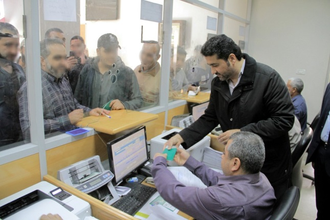 Khaled al-Hardan supervises the distribution of Qatari financial aid at the branches of the post office bank in the Gaza Strip (website of the Qatari commission for the reconstruction of Gaza, November 27, 2019).