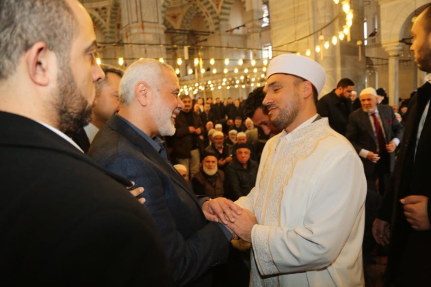 Haniyeh greeted at the al-Fatih mosque in Istanbul (Shehab Twitter account, December 13, 2019).