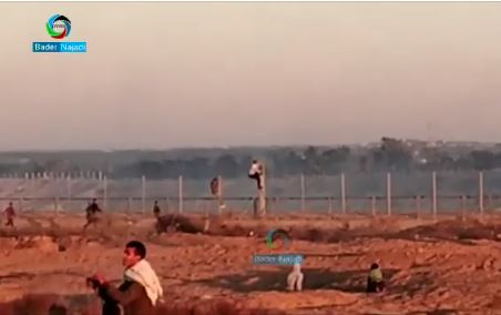 Palestinian rioters climb the security fence east of Rafah (picture from a video posited to the Facebook page of journalist Bader al-Najadi, December 20, 2019).