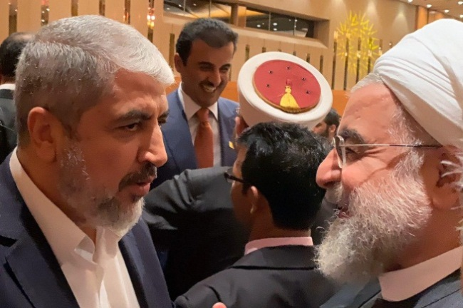 Meetings on the sidelines of the summit. Right: Khaled Mashaal and Iranian President Rouhani (tabnak website, December 19, 2019). Left: Khaled Mashaal with the Iranian foreign minister (donya-e-eqtesad.com, December 19, 2019).