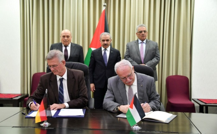 Riyad al-Maliki, PA foreign minister, signs the agreement with Germany in the presence of Muhammad Shtayyeh, Palestinian prime minister (Wafa, December 17, 2019).