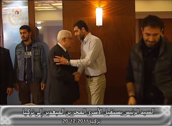 Jihad Yaghmour meets with Mahmoud Abbas and Palestinian terrorists released in the Gilad Shalit prisoner exchange deal who were banished to Turkey (Mahmoud Abbas' YouTube channel, December 21, 2011).