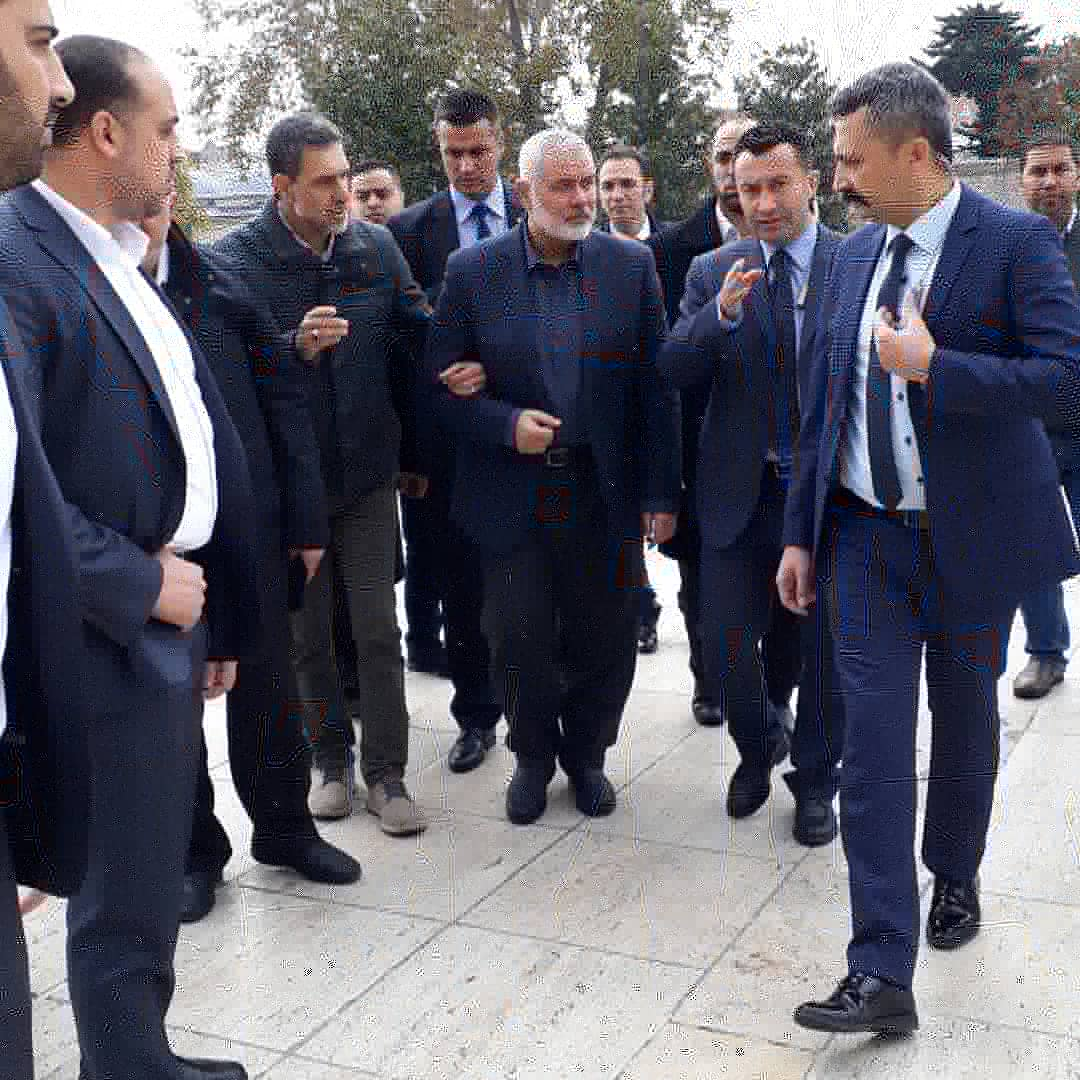 Jihad Yaghmour accompanies Isma'il Haniyeh to the Friday prayer during his visit to Istanbul (Jihad Yaghmour's Association Twitter account, December 13, 2019).
