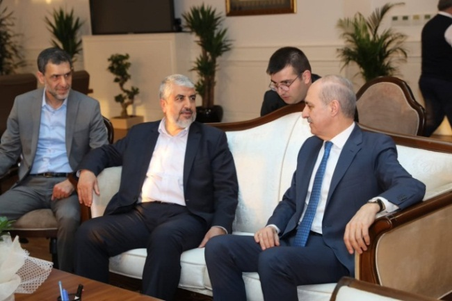 232091--eyupsultan-fotogaleri_800xaJihad Yaghmour (left) at a meeting of Khaled Mashaal and the deputy chairman of the Justice and Development party (euupsultan.bel.tr website, May 20, 2019). 535