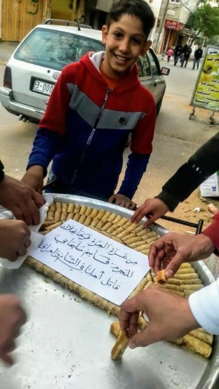Distribution of pastry in the Gaza Strip (Twitter account of Anwar Malik, January 4, 2020)