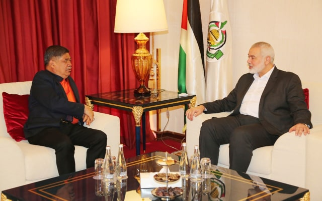 Isma'il Haniyeh meets with the Malaysian defense minister (extreme left) (Hamas website, January 19, 2020).