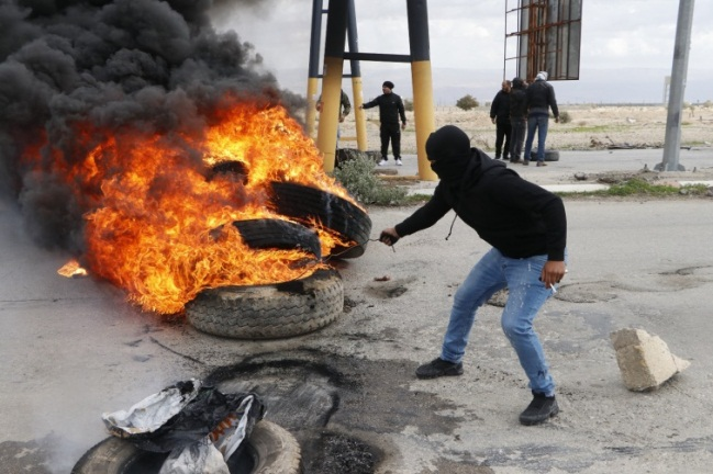 Palestinians riot at the southern entrance to Jericho (Wafa, January 31, 2020).