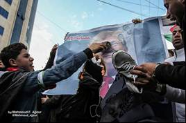 Burning pictures of Trump at a demonstration in Gaza City (Shehab Twitter account, January 28, 2020).