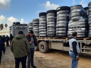 Tires delivered to the Gaza Strip through the Kerem Shalom Crossing (Twitter account of Gazan journalist Hassan Aslih, January 29, 2020).