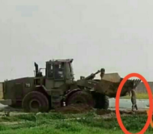 The body of the terrorist operative lifted by the blade of the bulldozer (Shehab Twitter account, February 23, 2020).