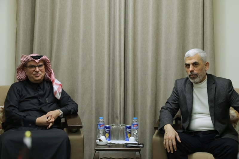 Mohammed al-Emadi meets with Yahya al-Sinwar (right) (Hamas website, February 21, 2020).
