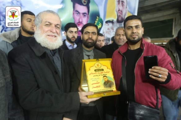 Award presented for a propaganda achievement: journalist Muthana al-Najar (right) receives an award from Nafez Azzam, a member of the PIJ's political bureau, for exposing the removal of the body [of the PIJ terrorist who placed an IED and was killed, which triggered the latest round of escalation] (Jerusalem Brigades website, February 25, 2020).