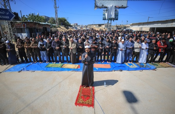 Senior Hamas figure Musheir al-Masri leads the prayers (arabi21, February 28, 2020).