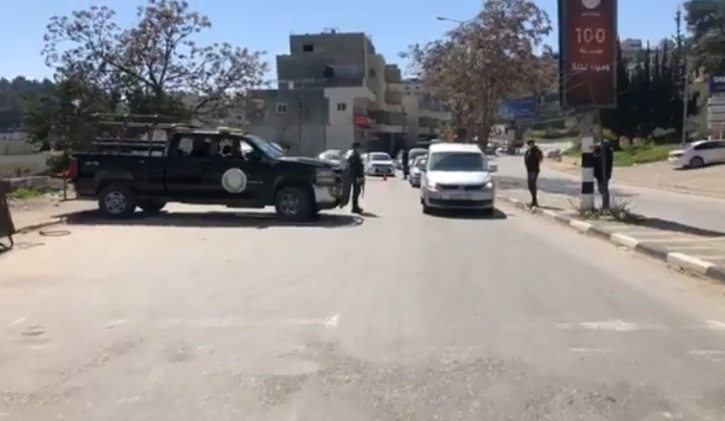 The Palestinian security services prevent vehicles from entering Bethlehem (QudsN Facebook page, March 8, 2020).