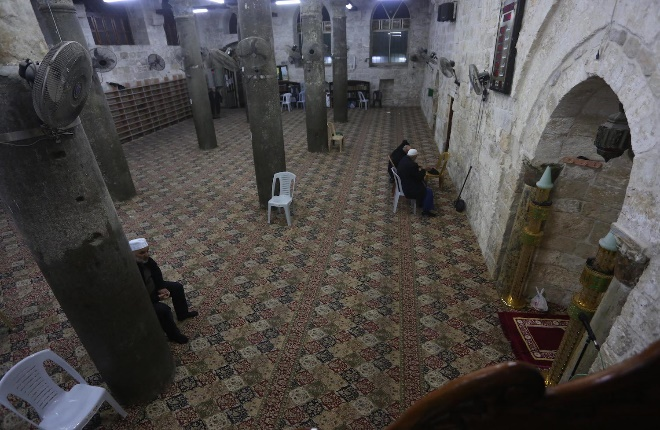 A few worshippers at the mosques in Nablus, in accordance with the decision issued by the ministry of endowments (Wafa, March 14, 2020).