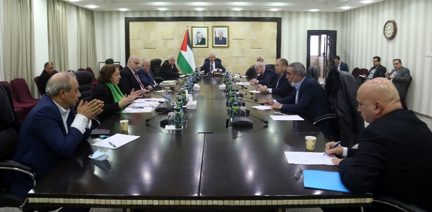 """Meeting of the """"national emergency committee to face the outbreak of the coronavirus,"""" chaired by Muhammad Shtayyeh (Wafa, March 17, 2020)."""
