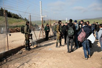 Palestinian workers try to cross into Israel after the lockdown was imposed on the PA territories (Palestine Online Twitter account, March 23, 2020).