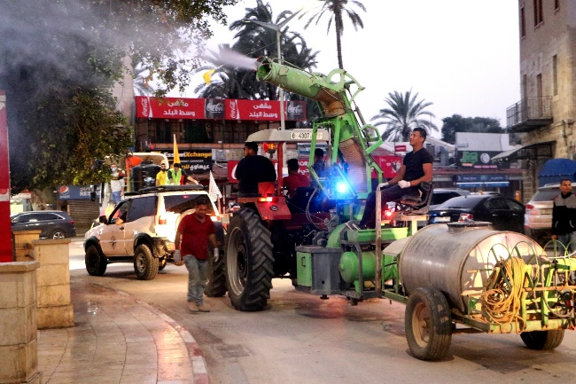 Teams from the Jericho municipality carry out disinfections (Wafa, March 27, 2020).