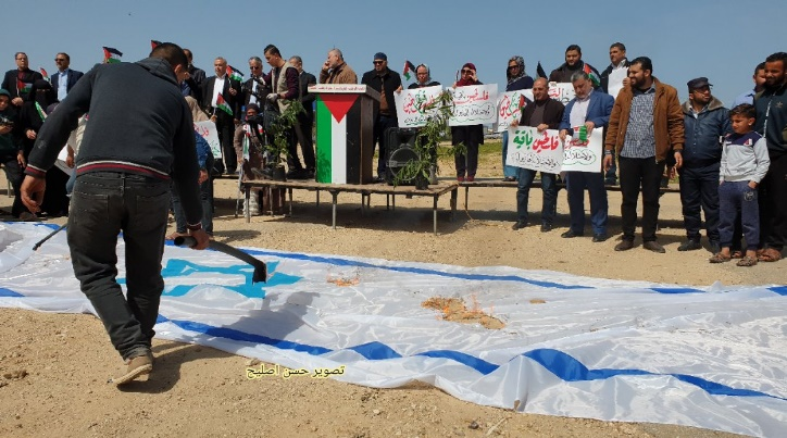 Burning the Israeli flag (Twitter account of journalist Hassan al-Aslih, March 30, 2020).