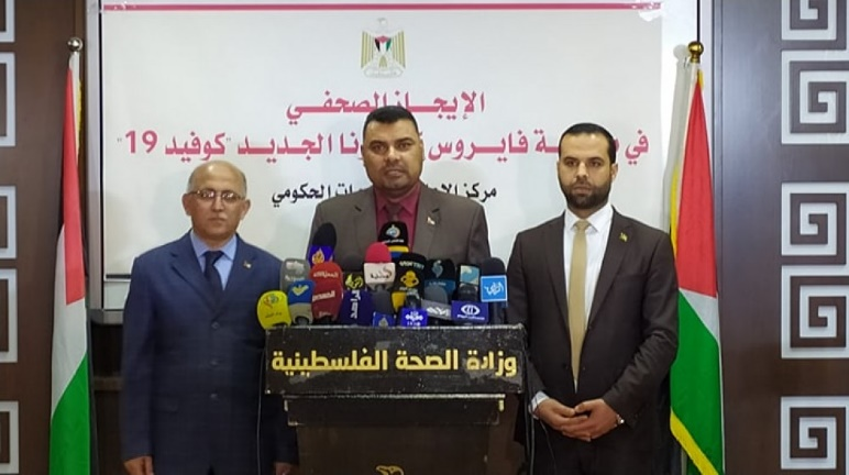 Daily briefing for reporters by the spokespersons of the ministries leading the fight against COVID-19. From left to right: Gaza City Mayor Dr. Yahya al-Sarraj; health ministry spokesman Dr. Ashraf al-Qidra; and interior ministry spokesman Iyad al-Buzum (Al-Ra'i News Agency, March 29, 2020)