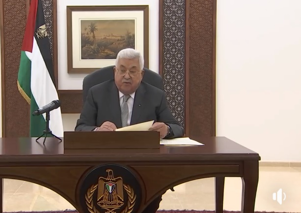 Mahmoud Abbas gives a speech from his office in Ramallah (Mahmoud Abbas' Facebook page, April 3, 2020).
